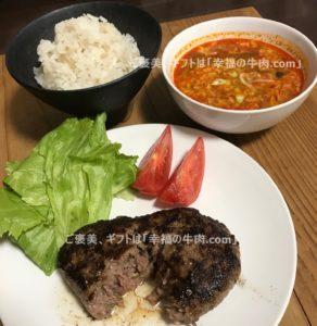 松坂牛ハンバーグを半分に割って肉汁があふれ出す写真