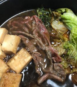 松商オンラインショップの神戸牛肩ロースすき焼きを煮立てている写真