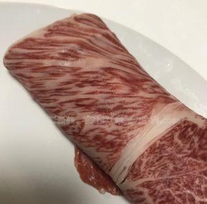 松商オンラインショップの神戸牛肩ロースすき焼きの小分け開封後の生肉の写真