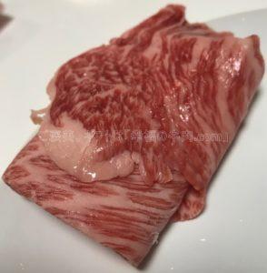 さかのの米沢牛肩ロース特選すき焼き小分け開封後の生肉の写真