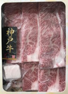 松商オンラインショップの神戸牛肩ロースすき焼きの入れ物を開けた時の写真