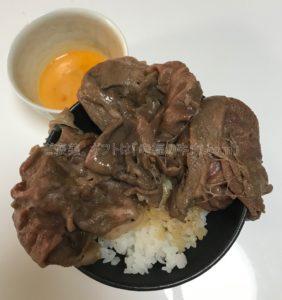松商「関西三大和牛(松阪牛・神戸牛・近江牛)モモすき焼き」が完成して、ご飯の上に乗せた時の写真