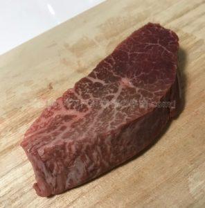 特選松阪牛やまとのランプステーキの解凍後の生肉の写真
