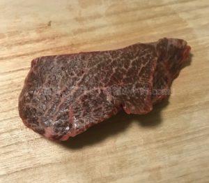 特選松阪牛やまとの芯芯ステーキの解凍後の生肉の写真