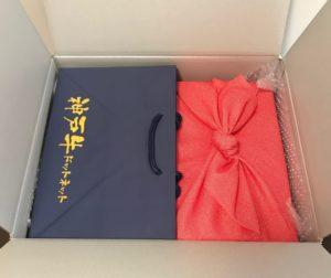 神戸牛専門店神戸ぐりる工房の段ボールを開けた時(手提げ紙袋・商品)の写真